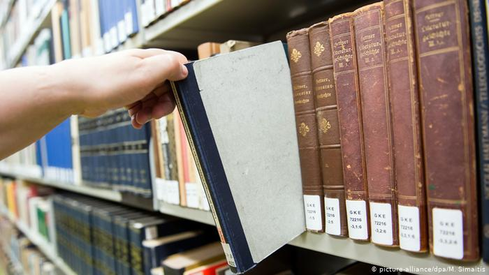 Germany - Library returns books stolen by Nazis to Freemasons