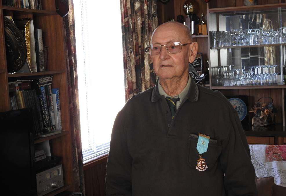 Australia - Gloucester's Les Potter presented a 70 year Masonic Membership Jewel
