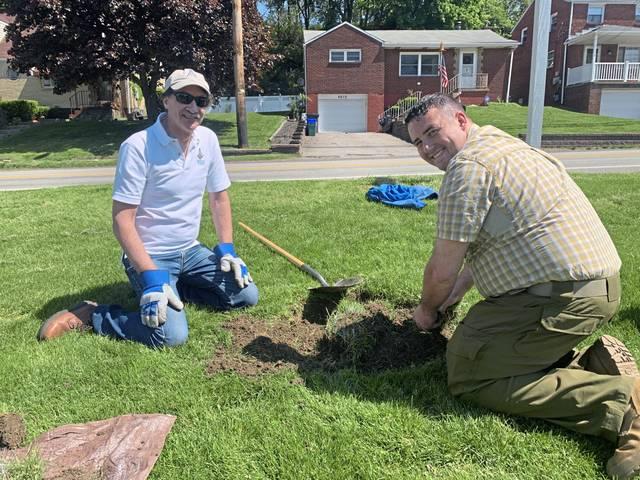 Pennsylvania/U.S. - Freemasons get together to plant trees in Alcoma neighborhood